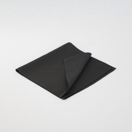 Serviette noire poudrée